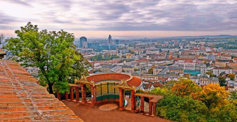 De mening van Spilberk-kasteel op stad Brno stock afbeeldingen