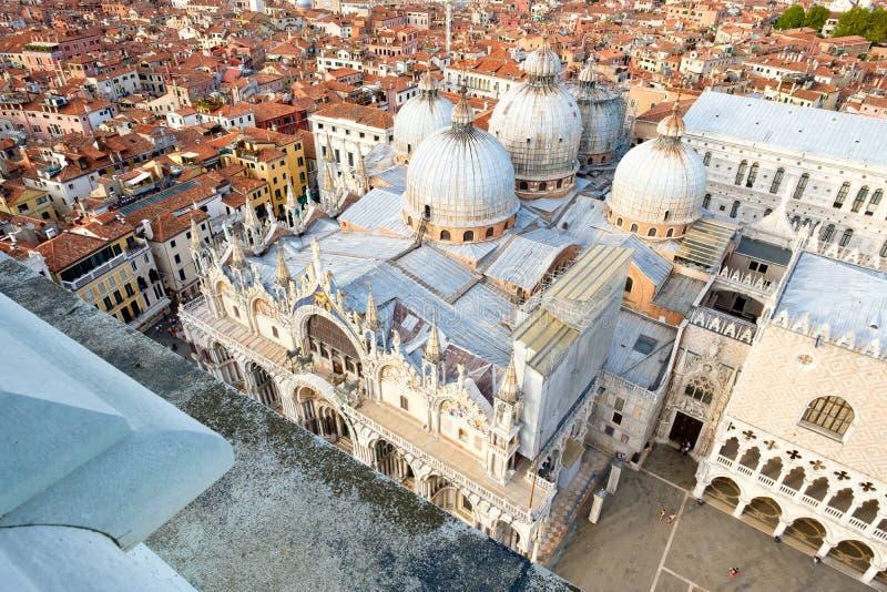 De mening van St merkt Basiliek in Venetië, Italië stock afbeeldingen