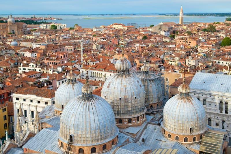 De mening van de stad van Venetië met inbegrip van St merkt Basiliek stock afbeeldingen