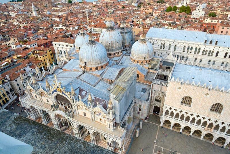 De mening van de stad van Venetië met St merkt Basiliek en het Dogepaleis stock afbeelding