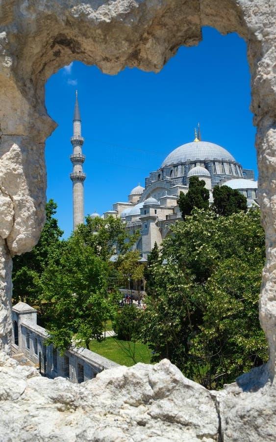 De mening van Suleymaniye-Moskee door het kader van de steenmuur, IST stock foto