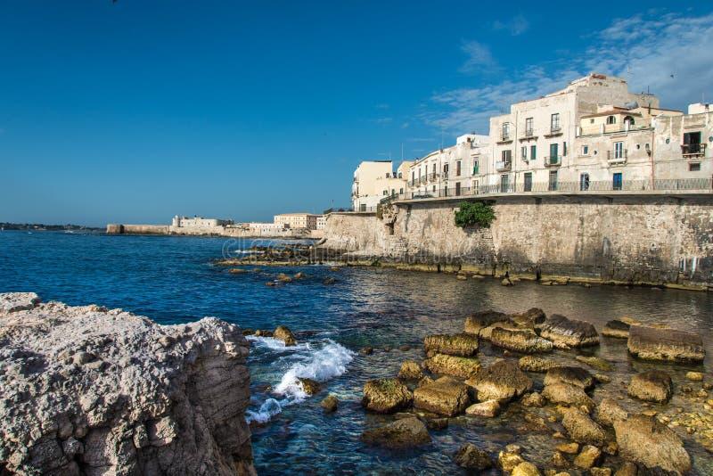 De mening van Syracuse, Ortiggia, Sicilië, Italië, huisvest het onder ogen zien van het overzees stock fotografie