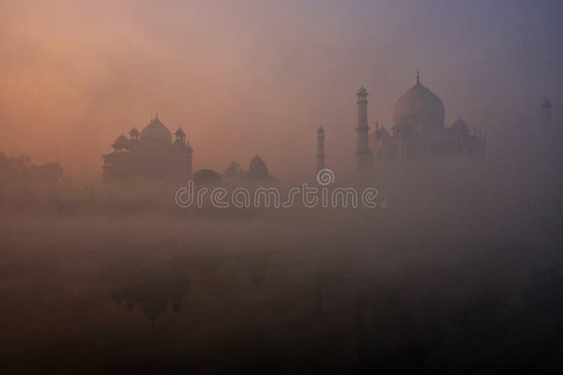 De mening van Taj Mahal dacht in Yamuna-rivier met vroege ochtendmist na, Agra, Uttar Pradesh, India royalty-vrije stock foto's