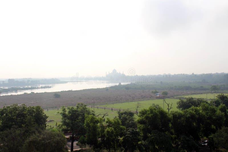 De mening van Taj Mahal door de rivier zoals die van Agra-Fort wordt gezien royalty-vrije stock foto's
