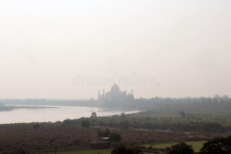 De mening van Taj Mahal door de rivier zoals die van Agra-Fort wordt gezien royalty-vrije stock afbeeldingen
