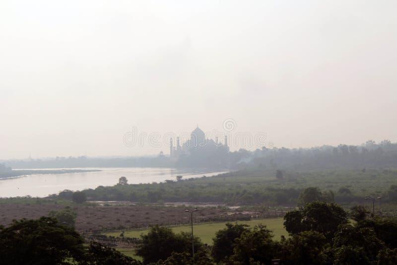 De mening van Taj Mahal door de rivier zoals die van Agra-Fort wordt gezien stock fotografie