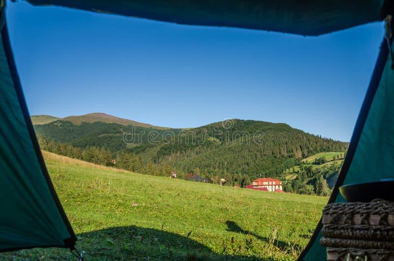 De mening van toeristentent op bergen in de Oekraïense Karpaten stock foto's