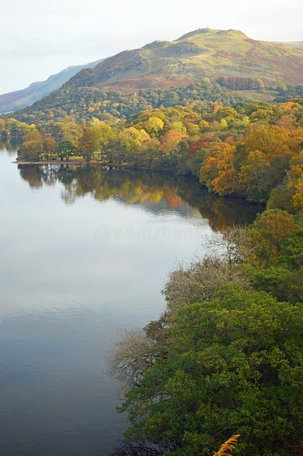 De mening van Ullswater fells in de Herfst stock afbeelding
