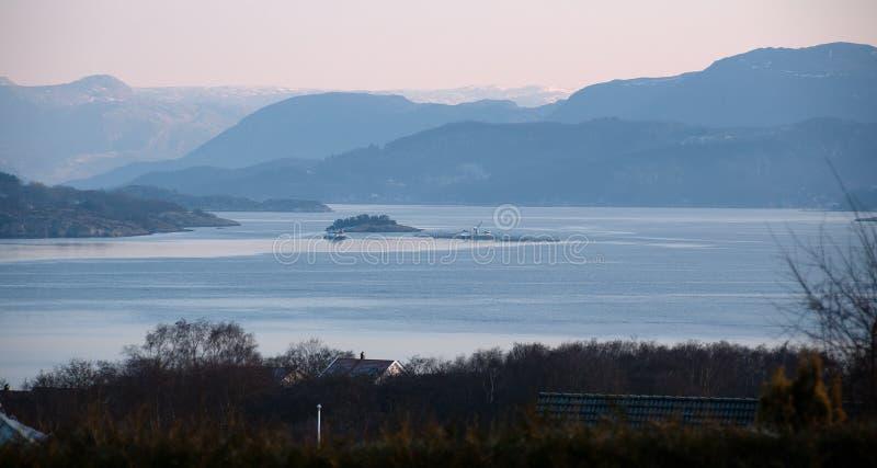 Download De Mening Van Viskwekerij In Een Fjord Stock Foto - Afbeelding bestaande uit fjord, boot: 29509654