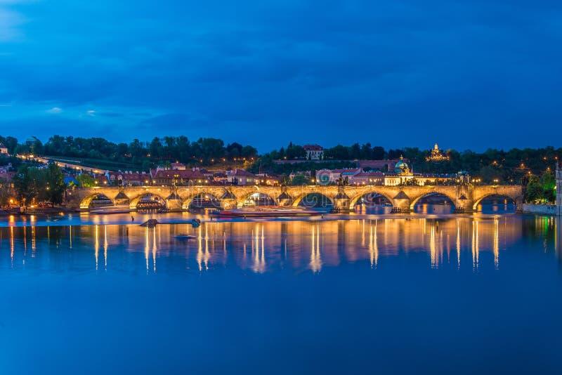 De mening van vltavarivier in Praag stock foto's
