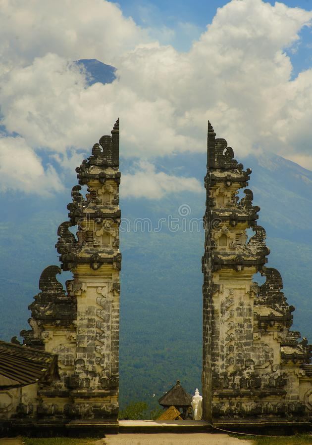 De mening van de vulkaan van Bali zet Agung door de mooie en majestueuze poort van de Hindoese Pura Lempuyan-tempel van Indonesië royalty-vrije stock afbeelding