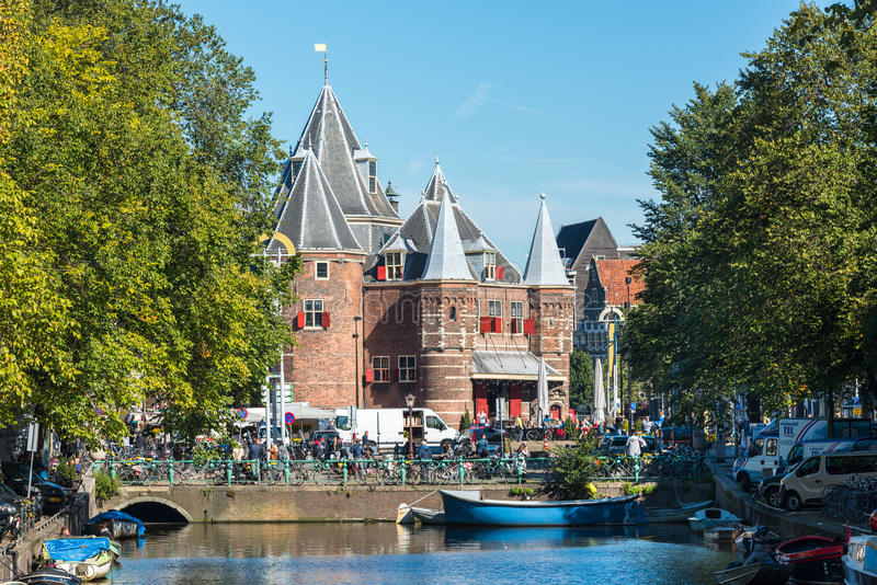 De mening van Waag weegt huis in Amsterdam royalty-vrije stock foto