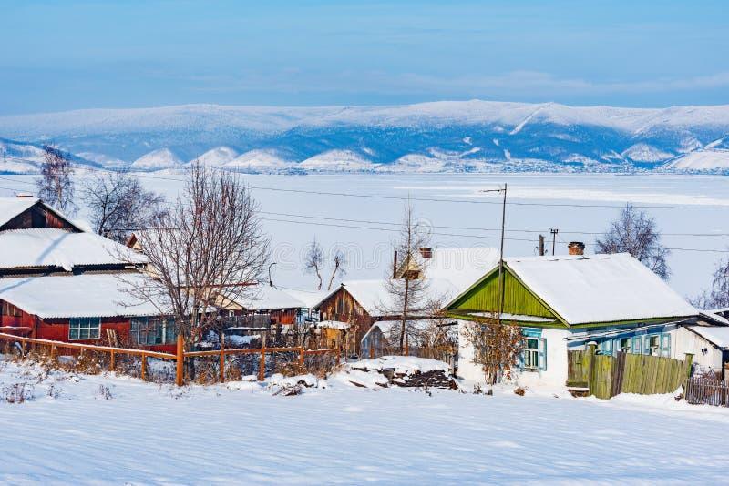 De mening van de de winterochtend van de dorpshuizen door het meer van Baikal royalty-vrije stock foto
