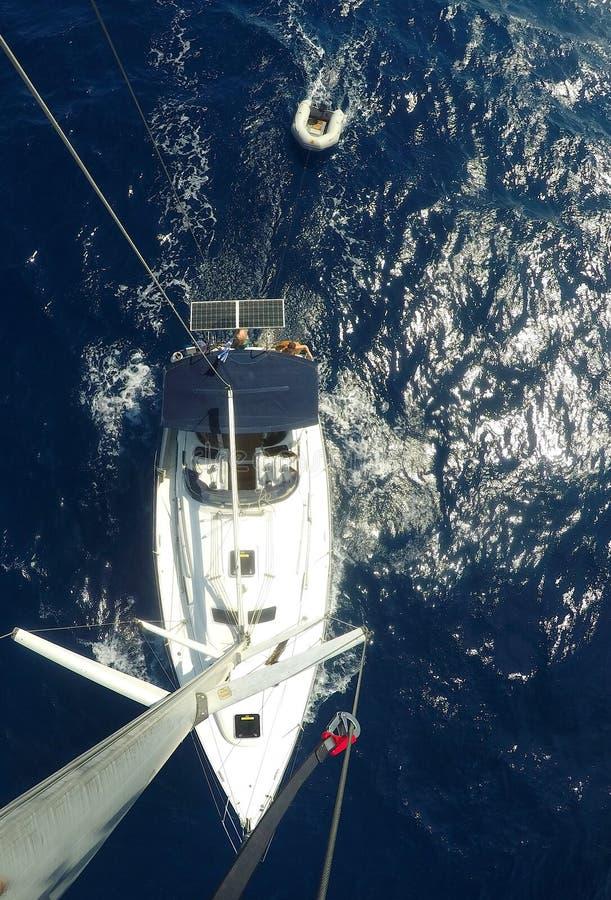 De mening van de zeilbootactie neer vanaf de bovenkant van een mast op een zeilboot Vogels bekijkt stock afbeeldingen