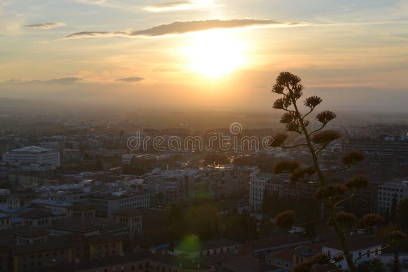 De mening van de zonsondergangstad van Granada met Alhambra, Andalusia, Spanje, wit dorp, puebloblanco en Spaanse architectuur royalty-vrije stock foto