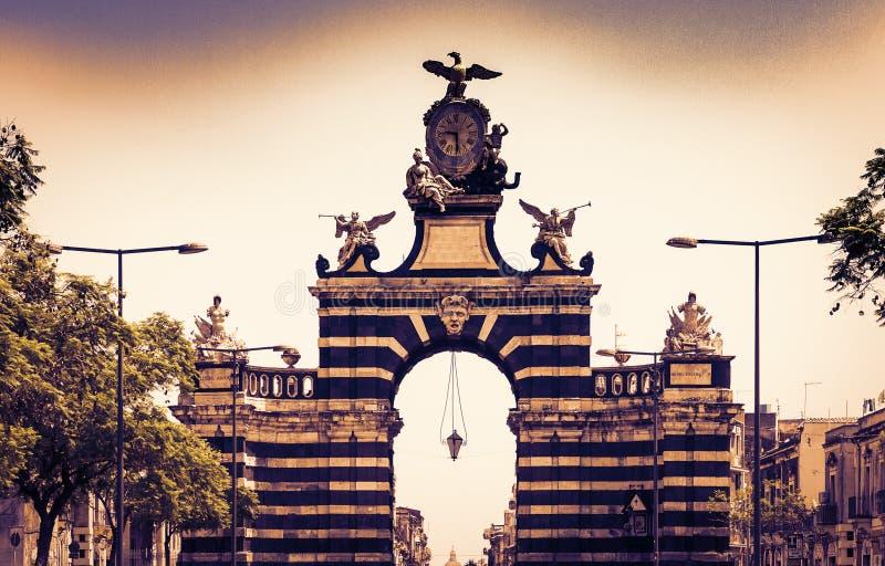 De mening van de zonsondergangstraat van beroemd oriëntatiepunt – poort Porta Garibaldi in Catanië, Sicilië, Italië stock afbeeldingen