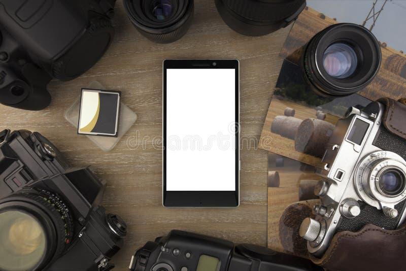 De mening vanaf de bovenkant op smartphone van fotograaf, de foto's, de camera's en de foto accessorize stock fotografie