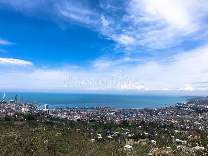 De mening vanaf de bovenkant van een hoogte een mooie toeristenstad met gebouwen en huizen, daken van bomen en installaties, aard royalty-vrije stock afbeeldingen