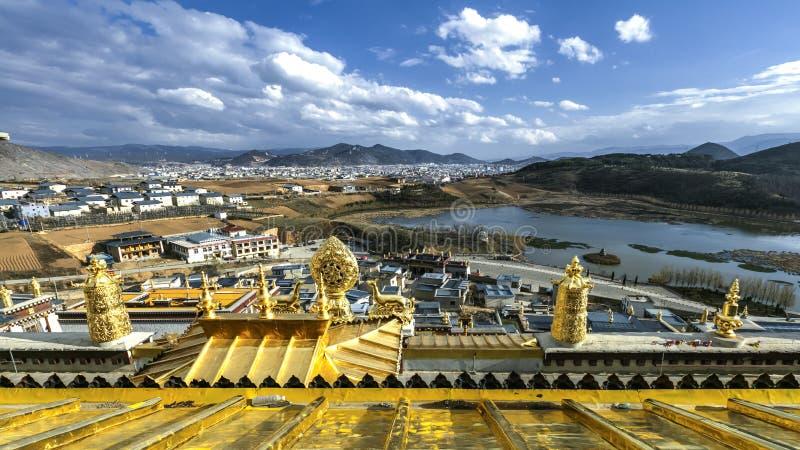 De mening vanaf de bovenkant van het Tibetaanse Boeddhistische klooster van Songzanlin stock afbeelding