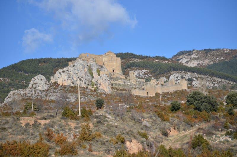 De meningen van Riglos-Dorp van Roman Castle Of Loarre Dating van de 11de Eeuw werden het gebouwd door Koning Sancho III Landscha royalty-vrije stock foto