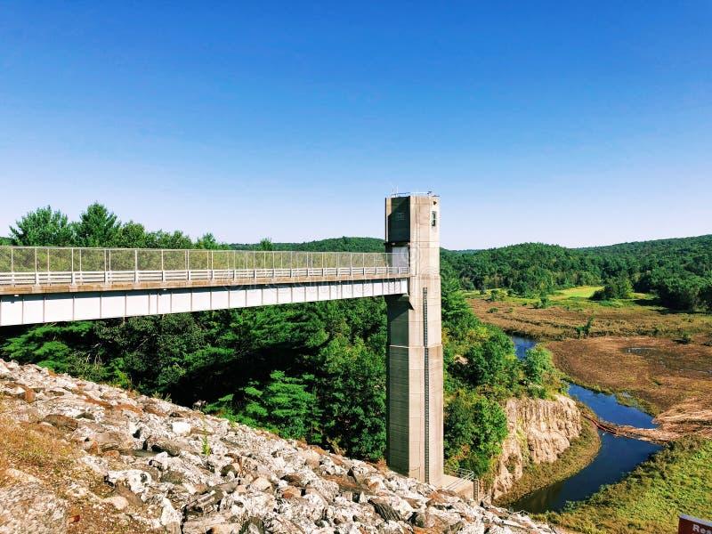 De meningen van Thomaston-Dam en gedeelten van de Naugatuck-Riviervallei royalty-vrije stock fotografie