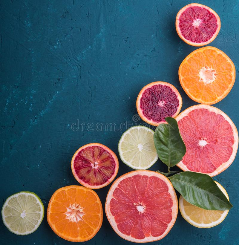 De menings houten van van de achtergrond citrusvruchtenplak hoogste het bladpatroon oranje citroengrapefruits royalty-vrije stock afbeeldingen