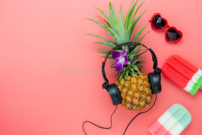 De menings luchtbeeld van de lijstbovenkant van voedsel voor het seizoen van de de zomervakantie & muziekachtergrond royalty-vrije stock afbeelding