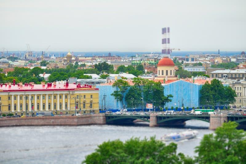 De meningspanorama van het vogelsoog - historische gebouwen van Vasilyevsky Island, Heilige Petersburg, Rusland royalty-vrije stock fotografie