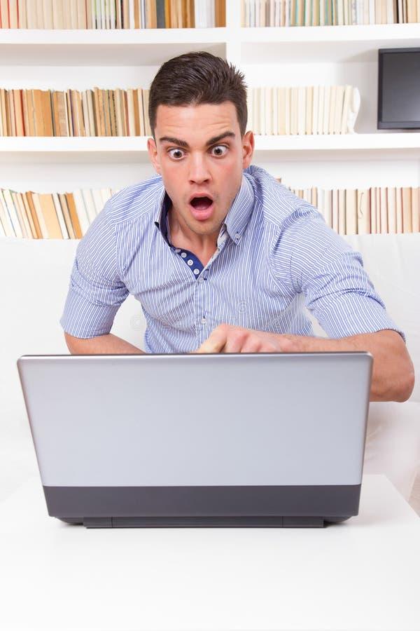 De mens bekijkt verrast inhoud op de mislukking van de computermonitor stock foto's