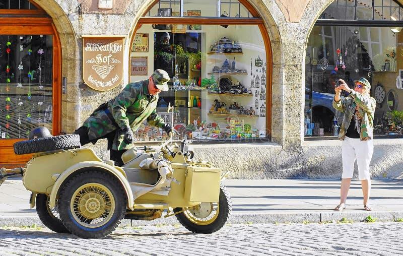 De mens beklimt in Uitstekende Wereldoorlog IImotorfiets & Sidecar royalty-vrije stock fotografie