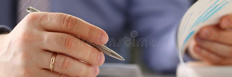 De mens berekent de Financiënbegroting Aantallen in Vorm vult royalty-vrije stock afbeelding