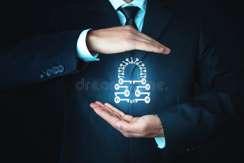 De mens beschermt hangslot Gemaakt van vele sleutels Het concept van de veiligheid royalty-vrije stock afbeelding