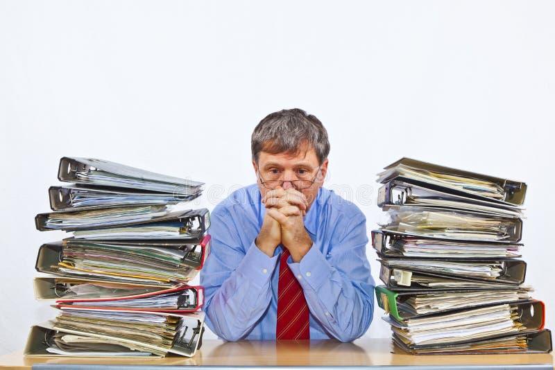 De mens bestudeert omslag met dossiers bij stock foto's
