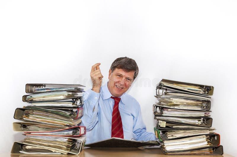 De mens bestudeert omslag met dossiers bij bureau in het bureau royalty-vrije stock afbeelding