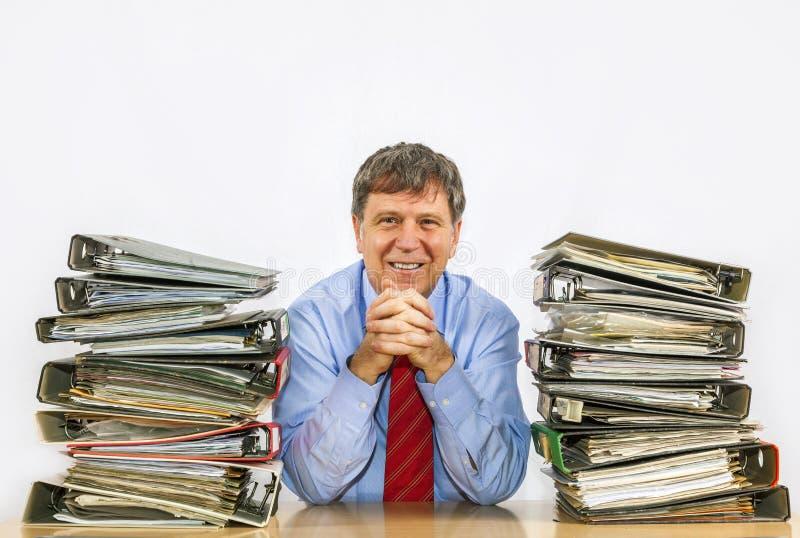 De mens bestudeert omslag met dossiers bij bureau in het bureau royalty-vrije stock foto's