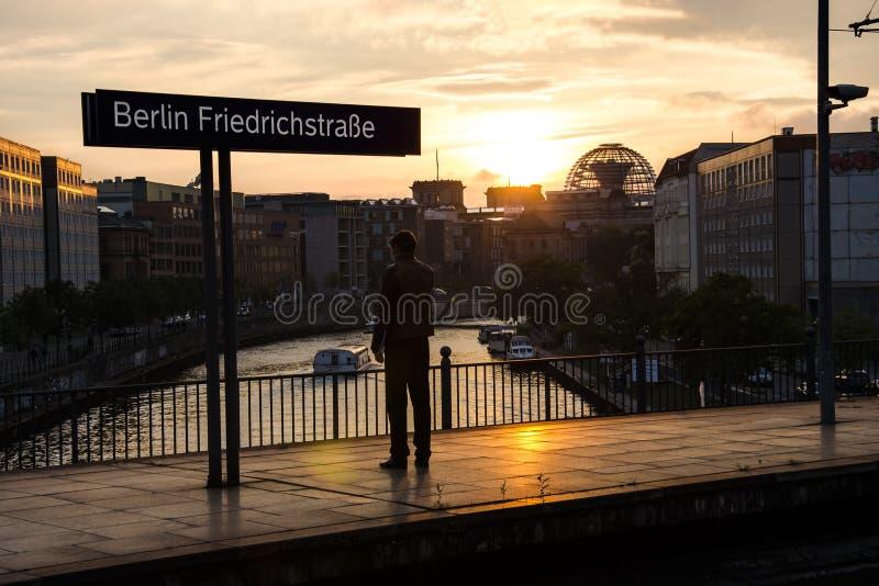 De mens bevindt zich op een treinstaion voor Reichstag in Berlijn in Duitsland stock foto