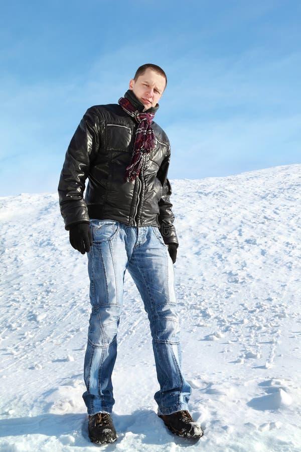 De mens bevindt zich op sneeuw tegen de winterdag royalty-vrije stock foto's