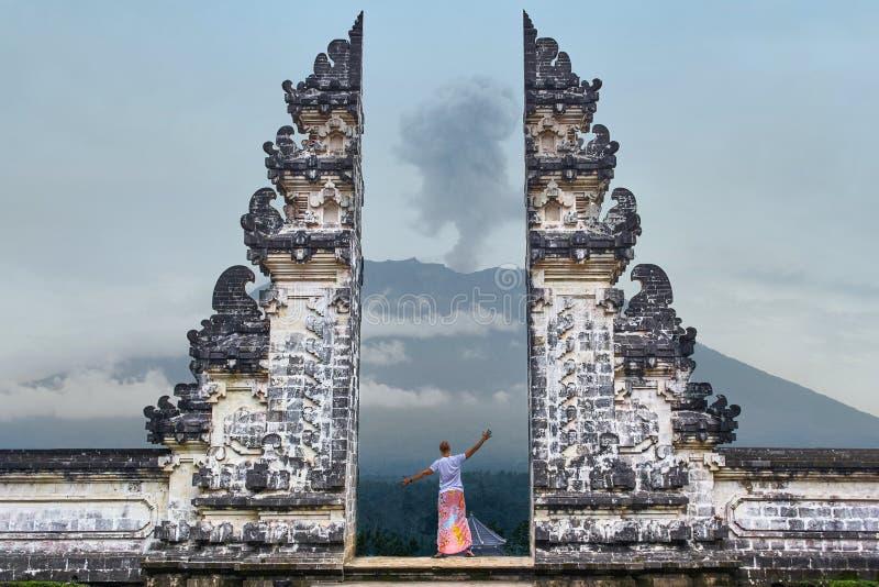 De mens bevindt zich in de poort van Lempuyang-tempel op Bali stock fotografie