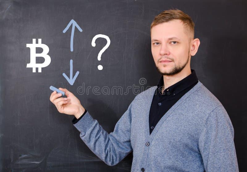 De mens bij zwarte raad wordt op wie bitcoin onderteken getrokken, omhooggaand en  stock afbeeldingen