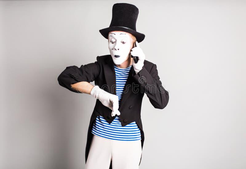 De mens bootst het spreken op zijn celtelefoon na De Dagconcept van April Fool stock fotografie