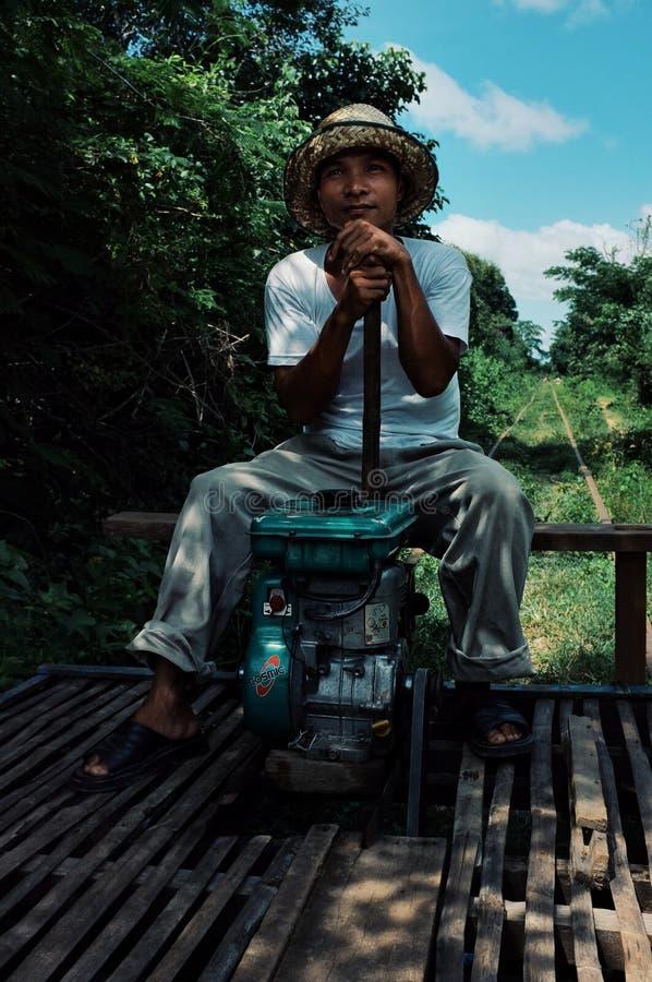 de mens die één van de beroemdste geïmproviseerde bamboetrein in werking stellen riep norry of nori in het landelijke deel van he stock fotografie
