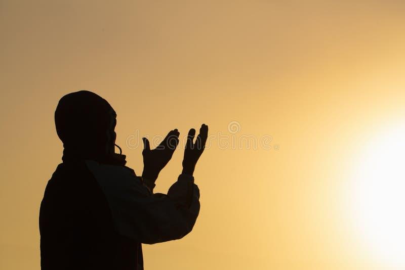 De mens die bij zonsondergangbergen bidden hief van de de Levensstijl het geestelijk ontspanning van de handenreis emotioneel con royalty-vrije stock afbeelding