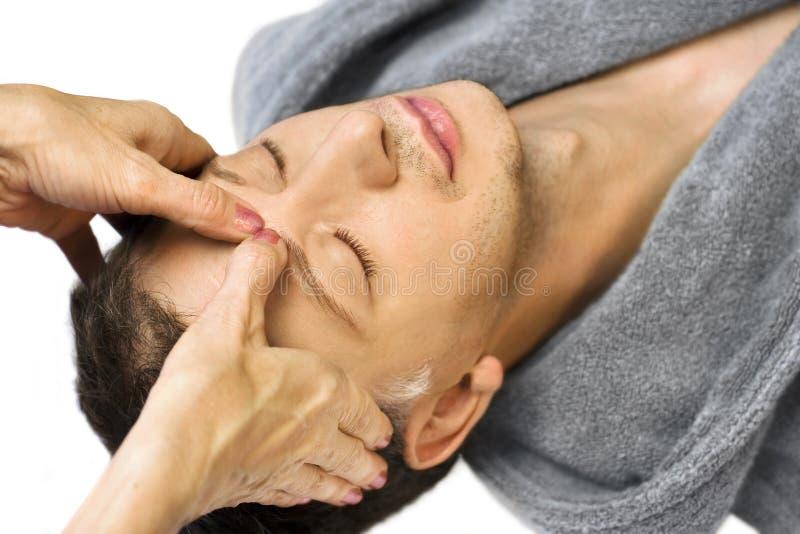 De mens die, krijgt reiki, acupressure op zijn gezicht ligt royalty-vrije stock fotografie