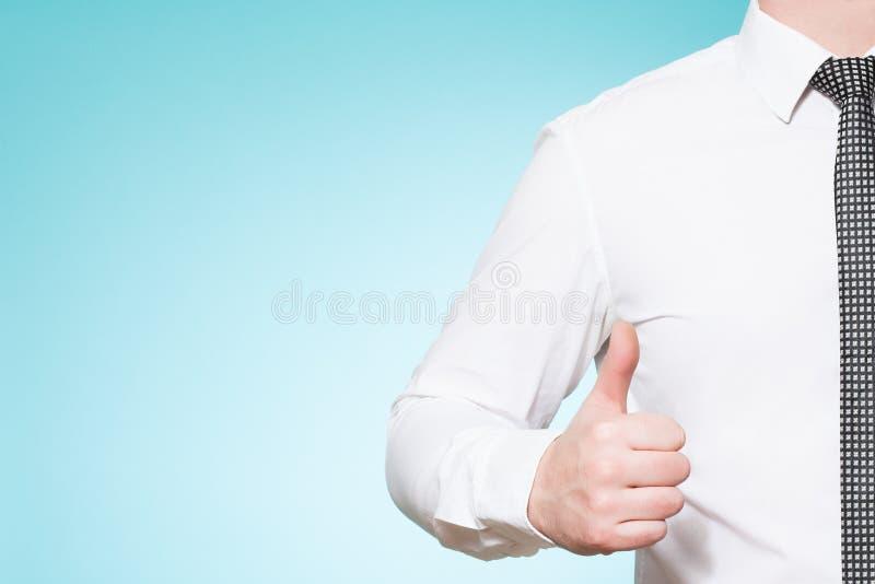 De mens die overhemd en band dragen beduimelt omhoog stock foto's