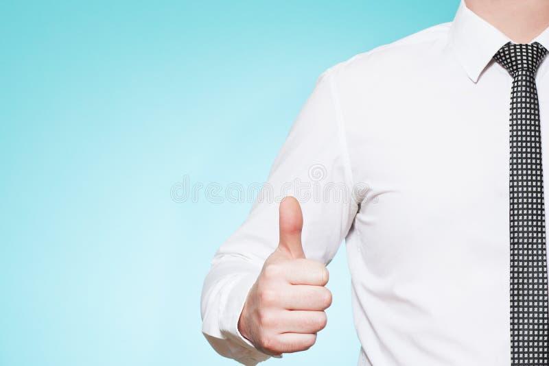 De mens die overhemd en band dragen beduimelt omhoog stock afbeeldingen