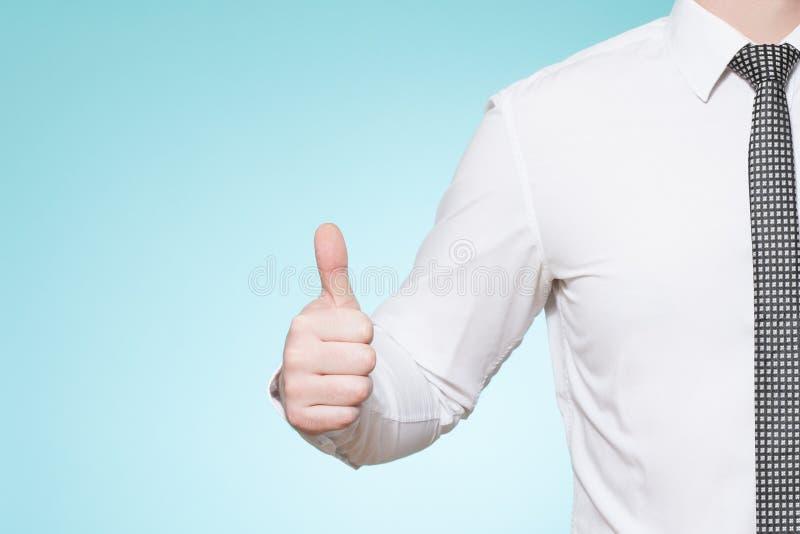 De mens die overhemd en band dragen beduimelt omhoog royalty-vrije stock fotografie