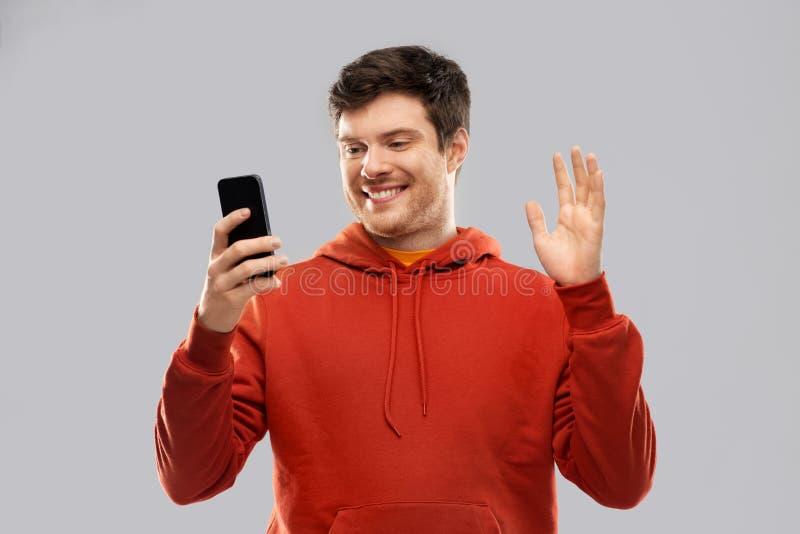 De mens die selfie door smartphone nemen of heeft videogesprek stock afbeelding