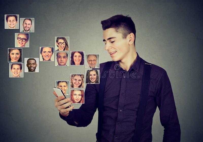 De mens die slimme telefoon met behulp van heeft vele contacten in mobiele phonebook stock afbeelding