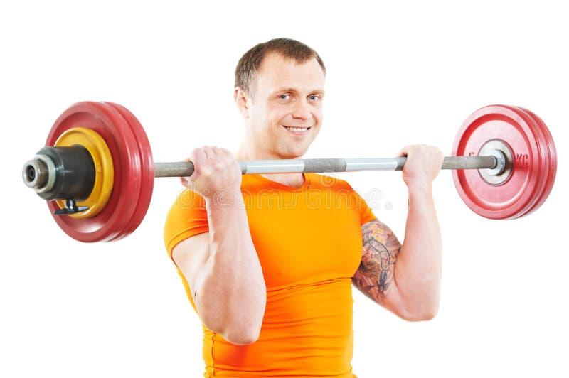 De mens die van de bodybuilder oefeningen met gewicht doet royalty-vrije stock foto