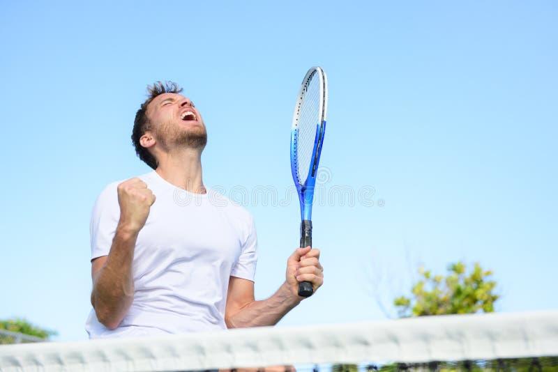 De mens die van de tennisspeler toejuichend overwinning winnen royalty-vrije stock foto's